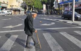 קשיש חוצה את הכביש בתל אביב