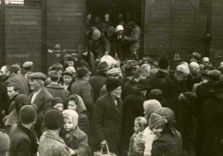 יהודים מורדים מהרכבת במחנה אושוויץ