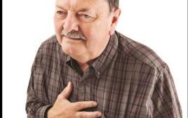 אדם עם כאב בחזה