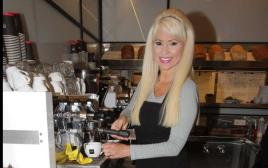 פנינה רוזנבלום בעמדת הקפה