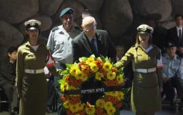 ראובן ריבלין בטקס הנחת הזרים במוזיאון יד ושם