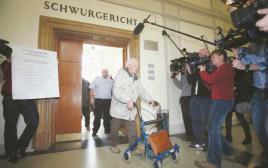 """סירט ברוינס, קצין אס-אס הולנדי שהועמד לדין וזוכה, מופיע בבית משפט בגרמניה, ינואר 2014. """"המתים ובני ה"""