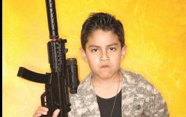 ילד חמוש