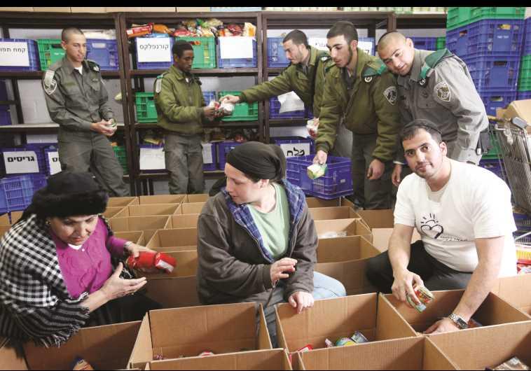 """מתנדבי עמותת חסדי נעמי"""". צילום: יוסי זמיר, פלאש 90"""