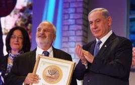 המשורר ארז ביטון מקבל את פרס ישראל