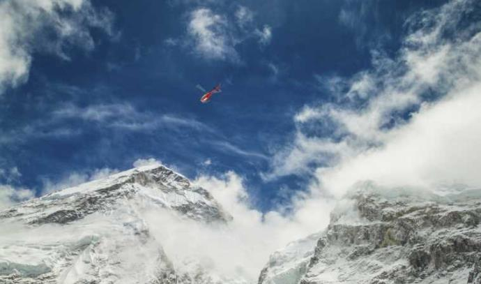 מסוק מעל הר אוורסט
