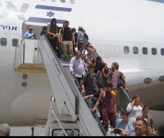 """""""לא חשבנו שנחזור בקרוב"""". יורדים מהמטוס מנפאל"""