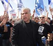 """יאיר לפיד בהפגנה בת""""א"""