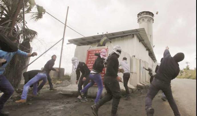 """עימותים בין פלסטינים לצה""""ל באזור חברון"""