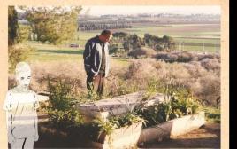אבא אסי דיין מעל הקבר של סבא משה בבית העלמין בנהלל