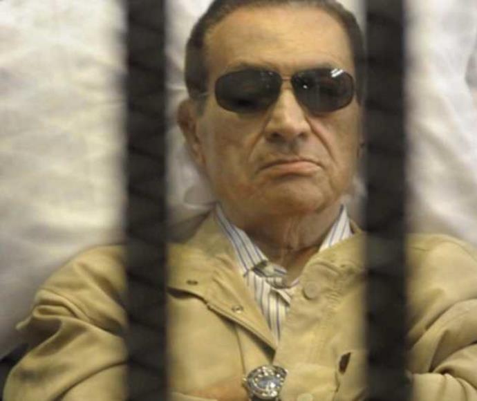 נשיא מצרים לשעבר חוסני מובארק בתא הכלא