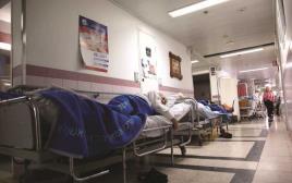 זקנים במסדרון בית חולים ברזילי