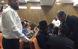 הרב פינטו בבית המשפט בהקראת גזר הדין