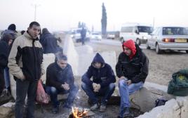 פועלים פלסטינים מחכים להסעות במחסום אייל