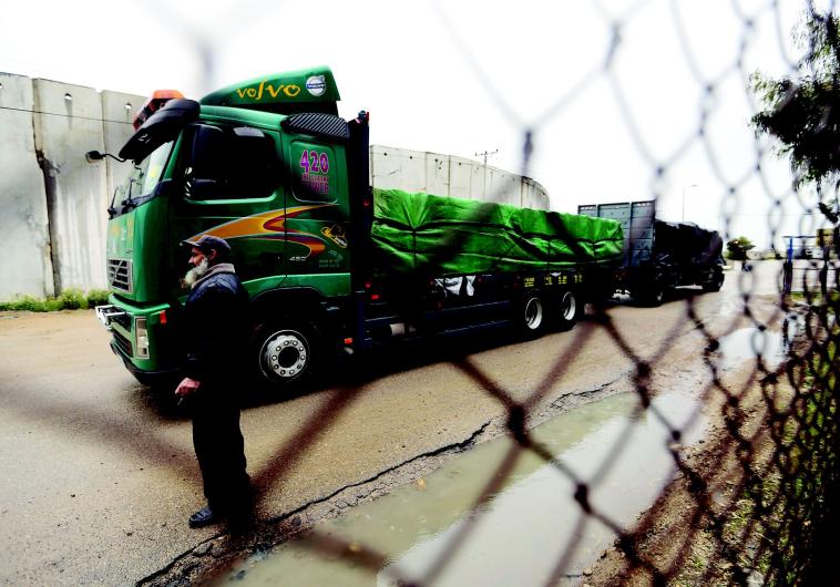 משאית פלסטינית במעבר כרם שלום. צילום: רויטרס