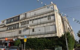 בניין המגורים בו התגורר והתאבד אריאל רוניס, הוד השרון