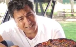 חיים כהן מחמם פיצה באוטו