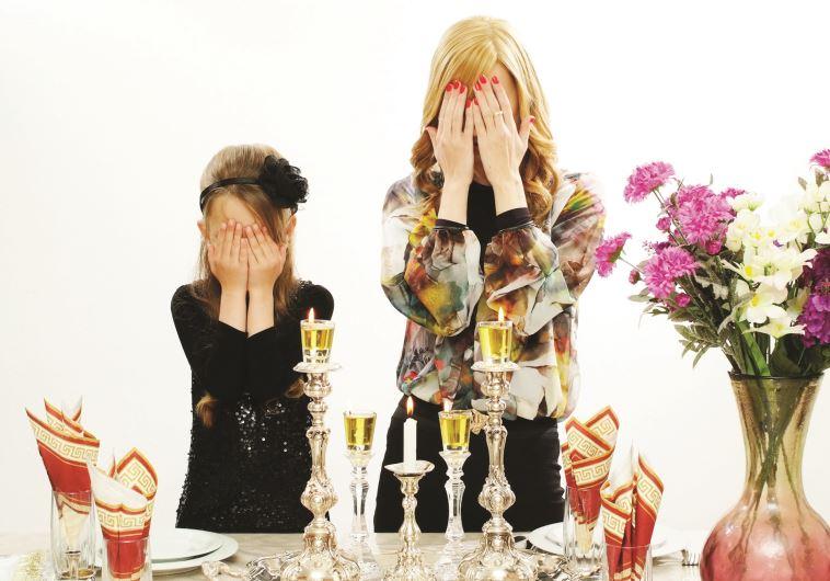 נשים מדליקות נרות שבת