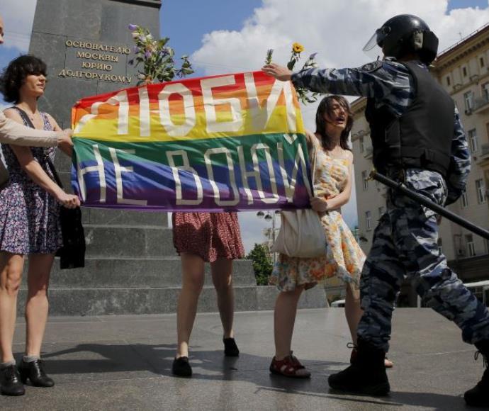 """מצעד גאוה שפוזר ע""""י המשטרה במוסקבה, רוסיה"""