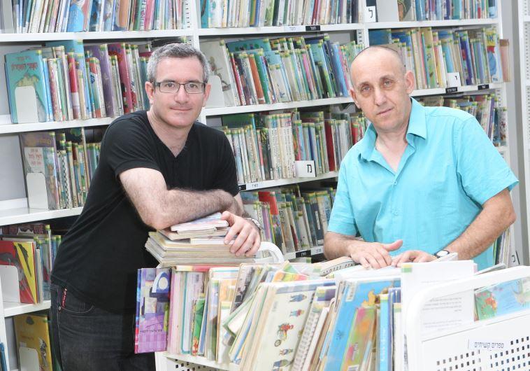 רון ניסל מילר (מימין) וירון גולדפרב בספרייה