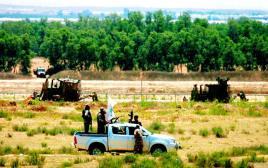 חמאס מפטרל סמוך לגדר צילום