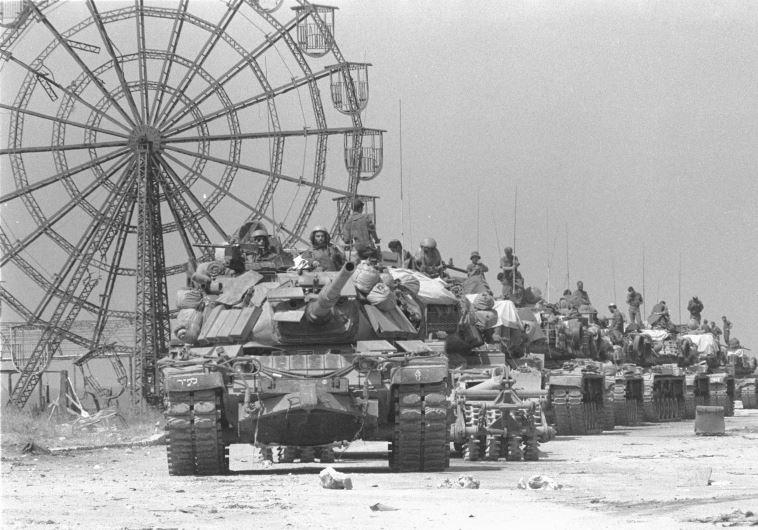 טור טנקים מסוג פטון ערוך לתנועה ליד לונה פארק בעיר הספורט  21.09.82