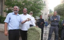 מיכאל בן ארי ואיתמר בן גביר מפגינים מול ביתו של עודד קוטלר
