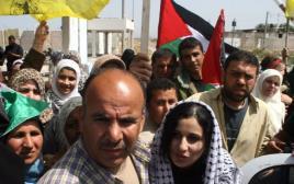 פלסטינים במחסום ארז