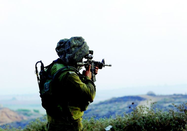 חייל ברצועת עזה בזמן מבצע צוק איתן. צילום: רויטרס