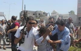 המשטרה המקומית מנסה להרגיע את הקהל בזמן המצוד אחר המחבל בפיגוע בתוניסיה