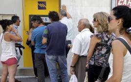 תורים לכספומטים ביוון