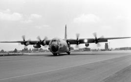 """מבצע אנטבה - מטוס קרנף (הרקולס) נוחת בנתב""""ג"""