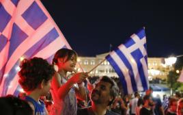 """תומכי מחנה ה""""לא"""" חוגגים במשאל העם ביוון"""