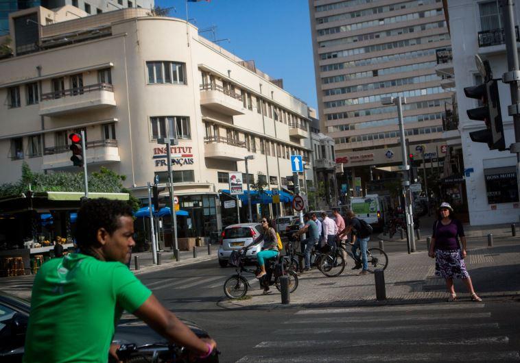 """""""אוטוסטרדות מיוחדות לאופניים"""", רוכבי אופניים בתל אביב. צילום: מרים אלסטר, פלאש 90"""