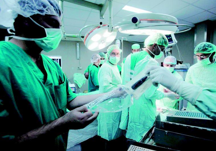 רופאים בחדר ניתוח