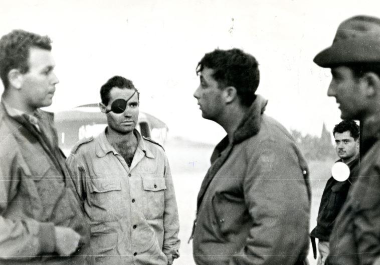 מוטה גור (משמאל) עם אריק שרון (שלישי מימין)