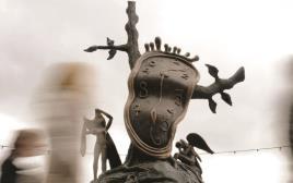 תודעה קצרת רוח. פסל השעון הנוזל של סלבדור דאלי