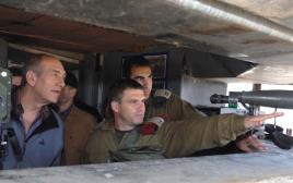 גל הירש מתדרך את אהוד אולמרט במהלך מלחמת לבנון השנייה