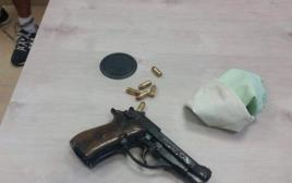 אקדח ותחמושת