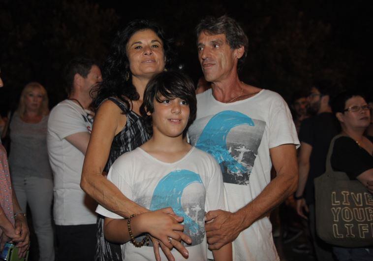 """הוריו ואחיו של גל בק ז""""ל, בעצרת זיכרון לכבודו"""