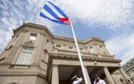 דגל קובה מונף מעל בניין השגרירות בוושינגטון
