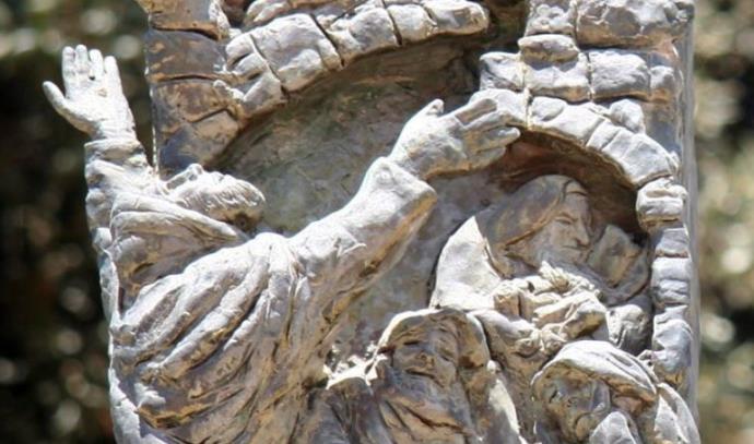 דמותו של יוחנן בן זכאי מניף ידיו מול ירושלים החרבה על המנורה מול משכן הכנסת
