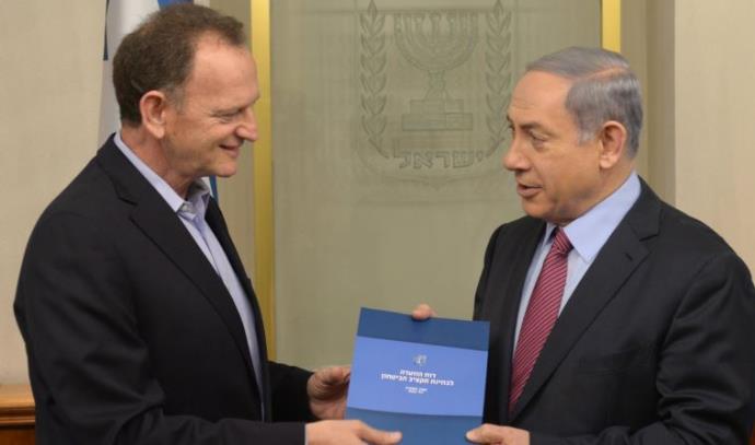 יוחנן לוקר מגיש את הדוח לראש הממשלה בנימין נתניהו