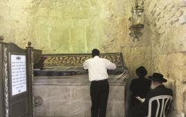 מתפללים בקבר דוד