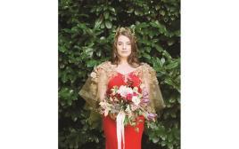 האנה בשמלת כלה אדומה