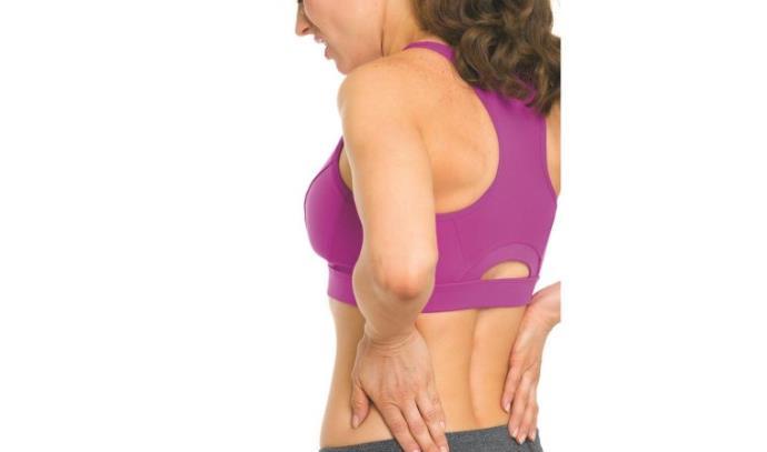 אשה סובלת מכאבי גב