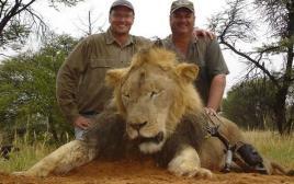 וולטר פאלמר עם גופתו של ססיל האריה