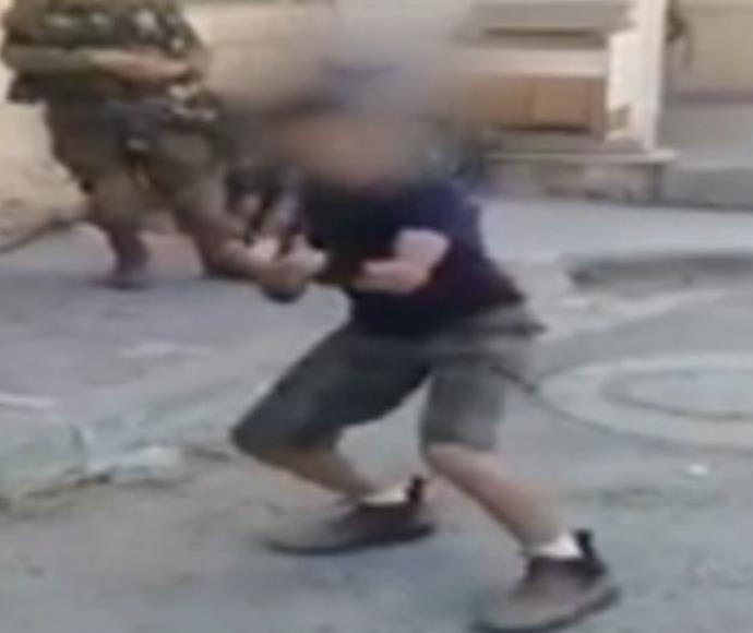"""ילד משחק בנשק מול לוחמי מג""""ב"""
