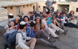 נערים מתבצרים על גג בשא-נור