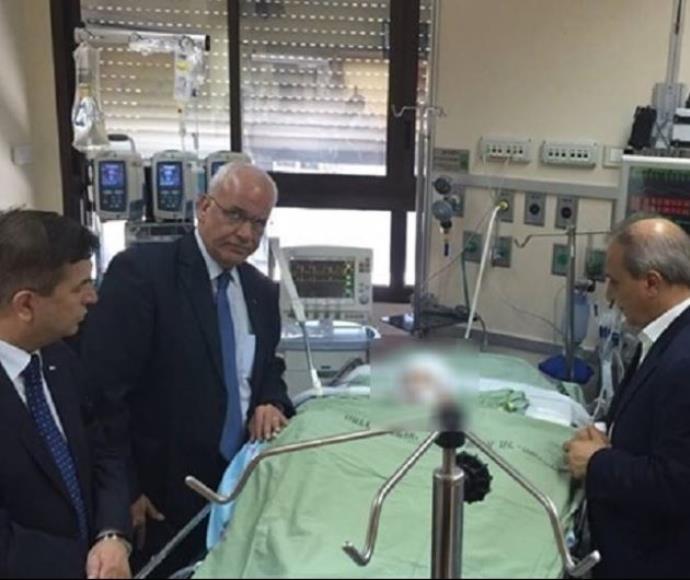 בכירי הרשות הפלסטינית עם אחמד דוואבשה בבית החולים שיבא